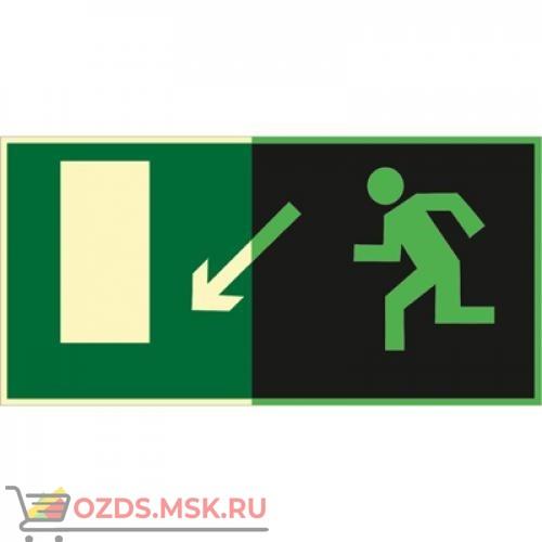 Знак E08 Направление к эвакуационному выходу налево вниз (Фотолюминесцентный Пластик 150 x 300) Т1