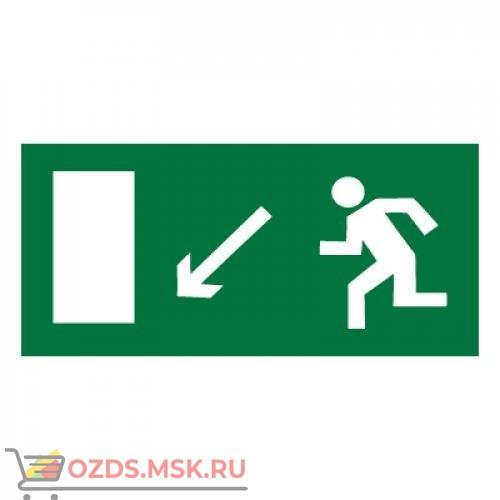 Знак E08 Направление к эвакуационному выходу налево вниз ГОСТ 12.4.026-2015 (Пластик 150 х 300)