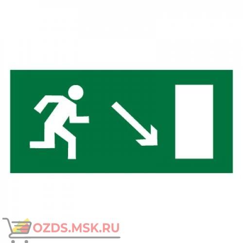 Знак E07 Направление к эвакуационному выходу направо вниз ГОСТ 12.4.026-2015 (Пластик 150 х 300)