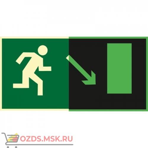Знак E07 Направление к эвакуационному выходу направо вниз (Фотолюминесцентный Пластик 150 x 300) Т1