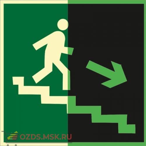 Знак E13 Направление к эвакуационному выходу по лестнице вниз (правосторонний) (Фотолюминесцентный Пластик 200 x 200) Т2